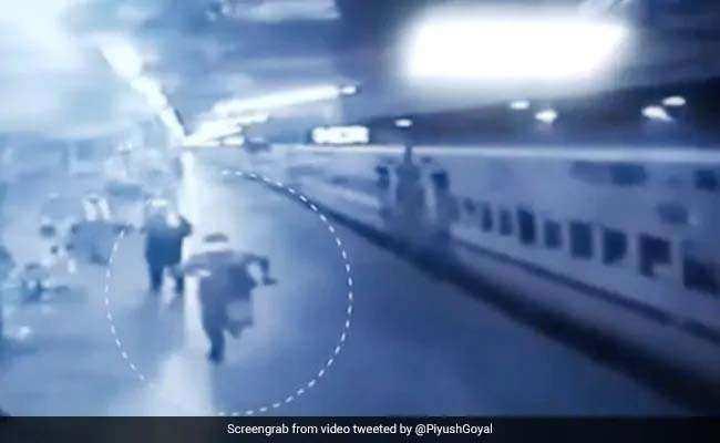 इस पुलिसवाले ने ट्रेन के पीछे दौड़ लगाकर दो दिन से भूखी बच्ची तक पहुंचाया दूध, सोशल मीडिया पर वायरल हुआ वीडियो